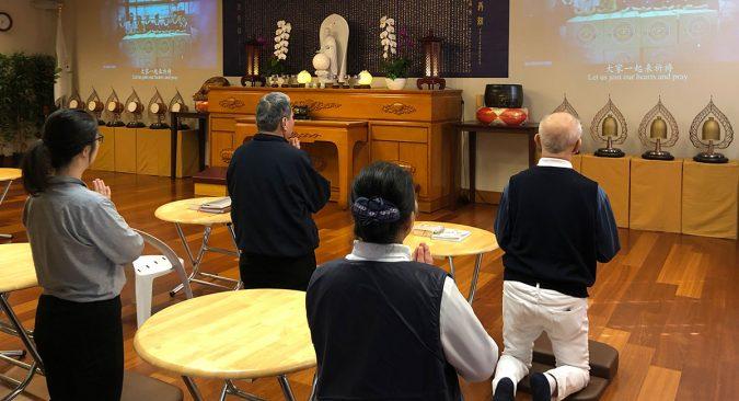 芝加哥分會進行祈禱儀式,慈濟志工高跪誠心祈求,盼疫情趕快過去。 攝影/馬樂
