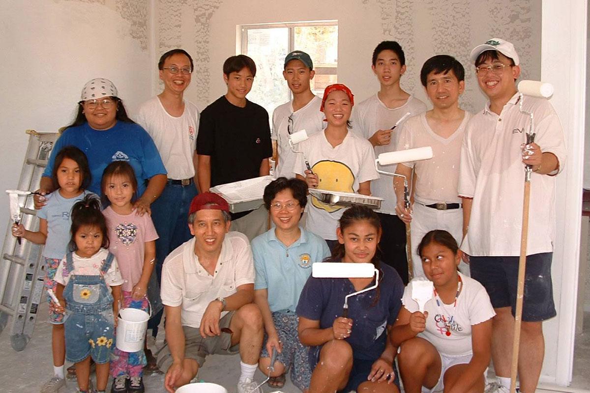 大手小手一起來,志工總動員,為老奶奶的家塗上新漆。照片提供/慈濟鳳凰城聯絡處