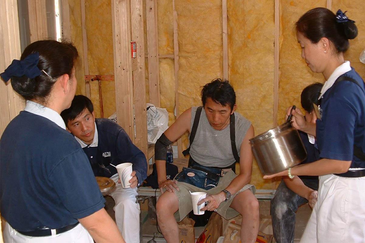 香積組志工負責當最好的後援隊,隨時準備冰涼甜品、素食,為營建團隊志工消暑補體力。照片提供/慈濟鳳凰城聯絡處