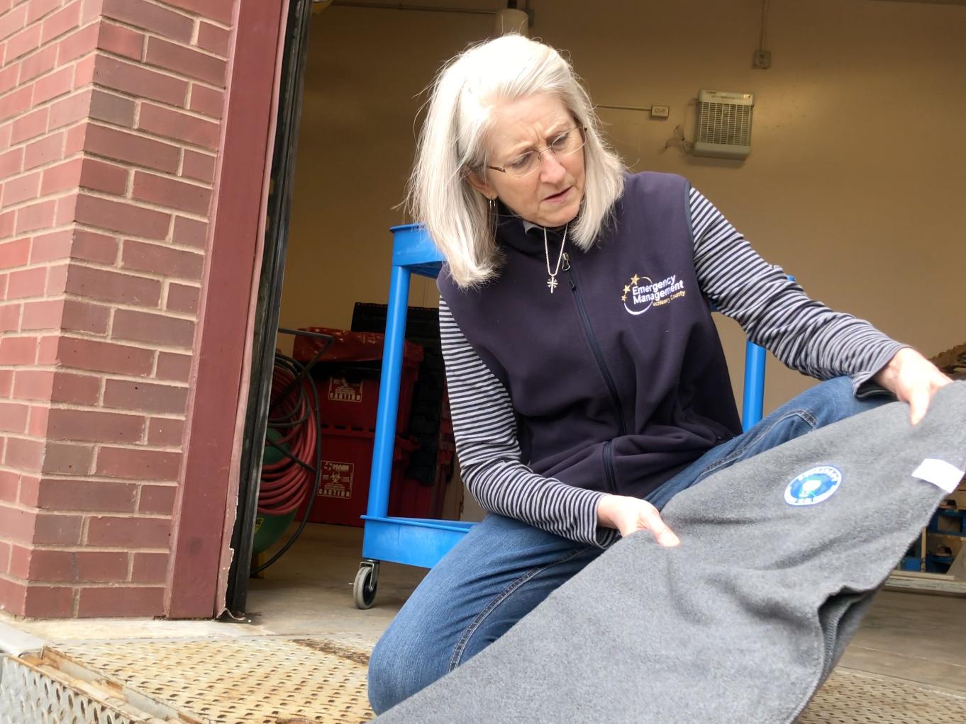 Los voluntarios explicaron la historia detrás de la fabricación de las mantas ecológicas DA.AI, y el representante se sorprendió al saber cuánto amor entra en una sola manta. [Foto: Yue Ma]