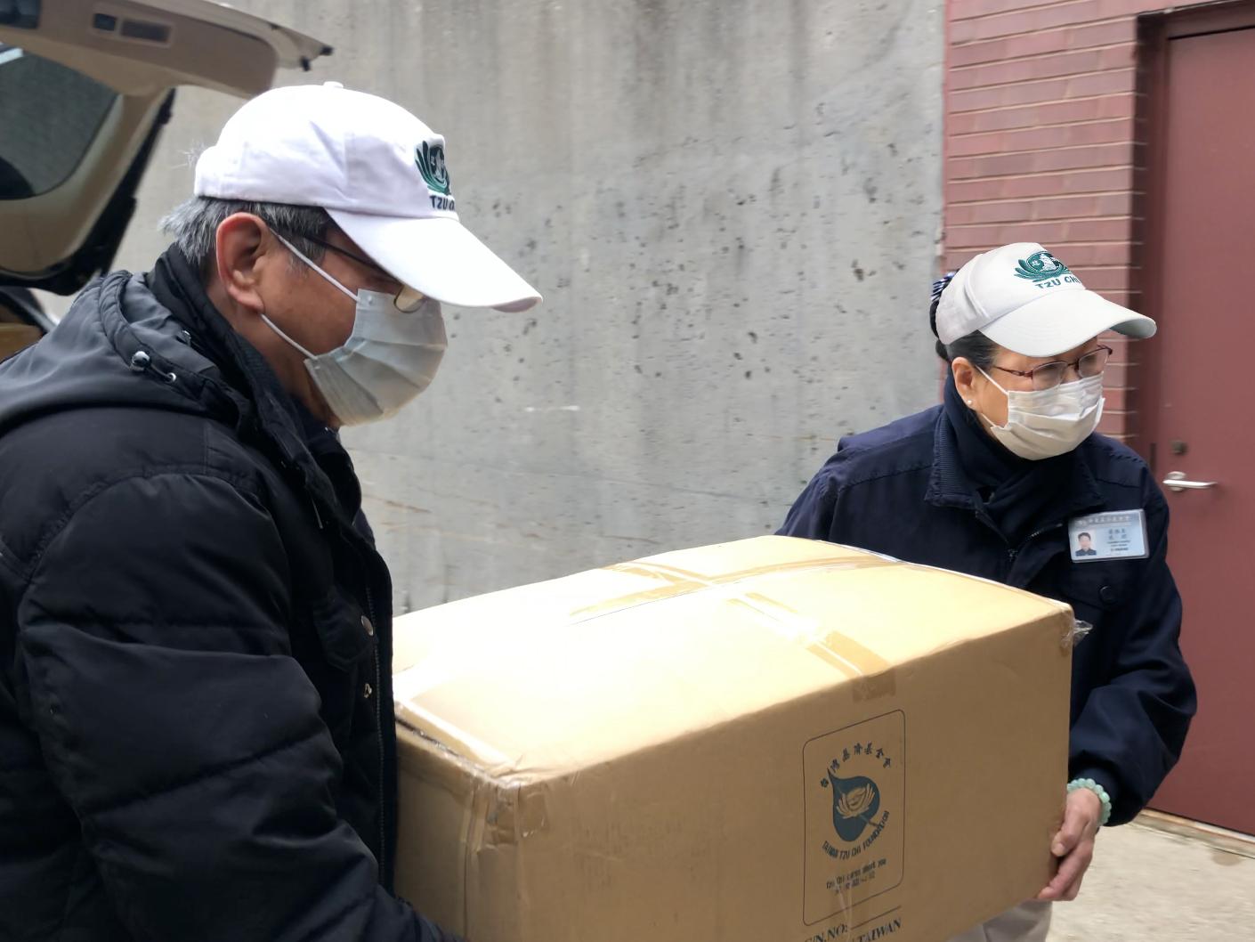 Suministros esenciales como toallas, jabones, cepillos y pastas de dientes son para las personas desamparadas. [Foto: Yue Ma]
