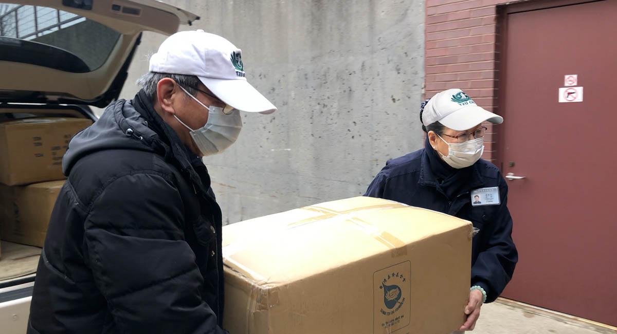 沈甸甸的物資,是來自全球慈濟人的愛心。攝影/ 馬樂
