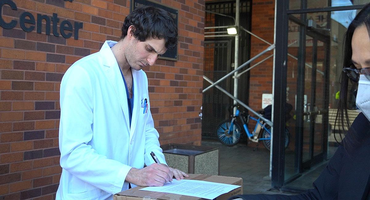 林肯醫學中心醫師文森·千比恩(Dr. Vincent Champion)代表簽收捐贈物資。攝影/劉又榕