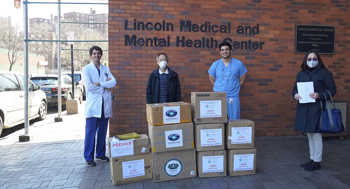 紐約慈濟分會贈送 60個N95, 100個KN95, 2000個醫療口罩給林肯醫學中心。攝影/劉又榕