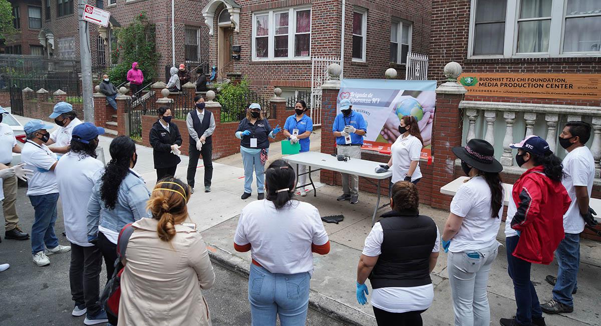慈濟志工和紐約希望組織志願者,在發放前的做分工和愛的叮嚀。攝影/海克特