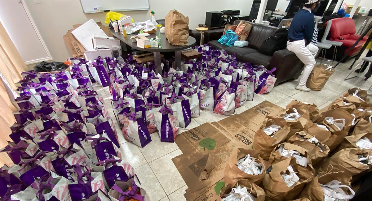慈濟會所裡滿地的食物袋,是眾人愛心的結晶。攝影/韋佳欣