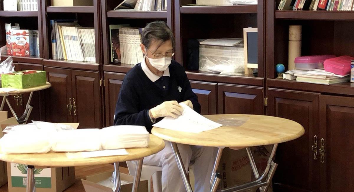 圣路易斯慈济志工为天主教善牧者修女会,细心准备医疗口罩。 摄影/ 庄璧嘉