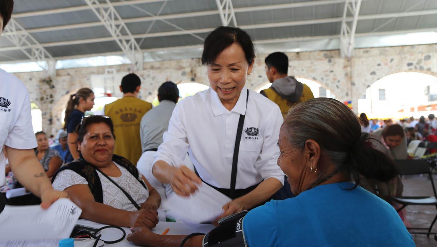 TzuchiUSA-carole chen 20200801_0001_Picture 5_ 負責檢傷分類的護理站是看診的笫一站,陳淑燕特別學了幾句簡單的西語對話緩和患者的緊張心情