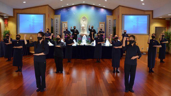 芝加哥分會志工在莊嚴的靜思堂內做演繹。攝影/林俊志