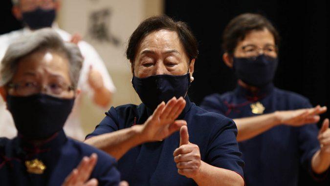華府高齡的奶奶志工比出有力的經藏手語。攝影/鄭文彬