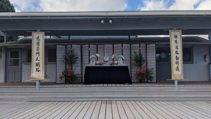 夏威夷志工為水懺演繹特別在室外做的場佈。攝影/鍾豪