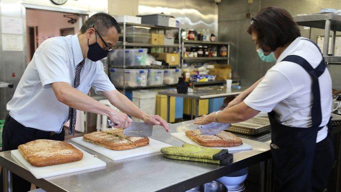 香積組志工提供素食大餅,排練中給慈濟家人們補充體力。攝影/駱淑麗