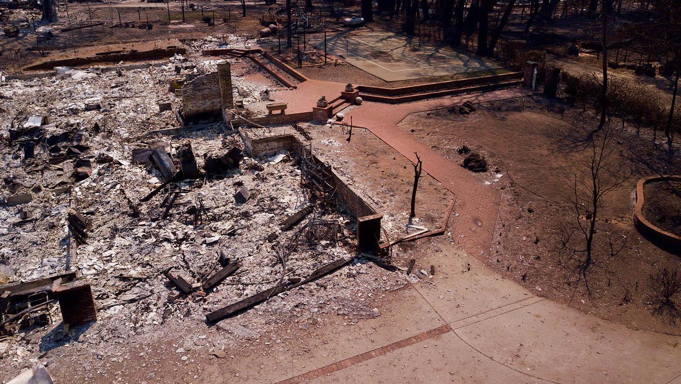 Muchas casas en Boulder Creek están severamente dañadas o totalmente quemadas por los incendios del Complejo Relámpago CZU. Foto Renee Liu.