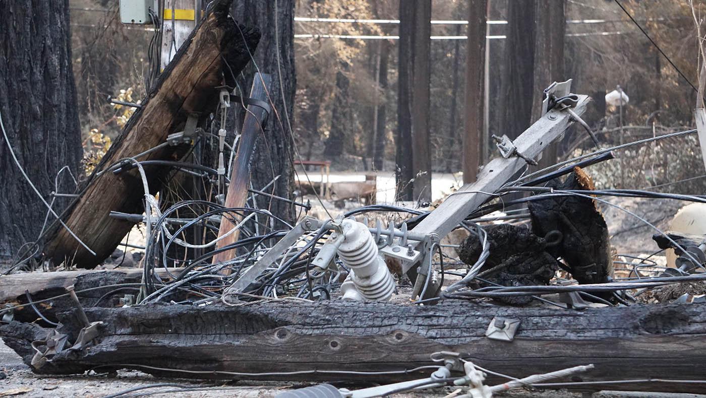 En las zonas montañosas se pueden ver cables desordenados y postes de teléfono carbonizados que bloquean las carreteras en todas partes. Foto Judy Liao.
