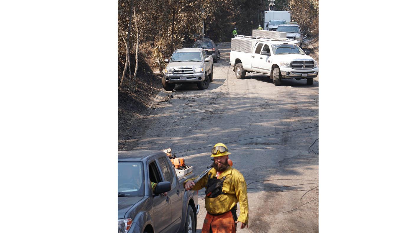 Los bomberos están ocupados limpiando las áreas dañadas por los incendios. Foto  Judy Liao.