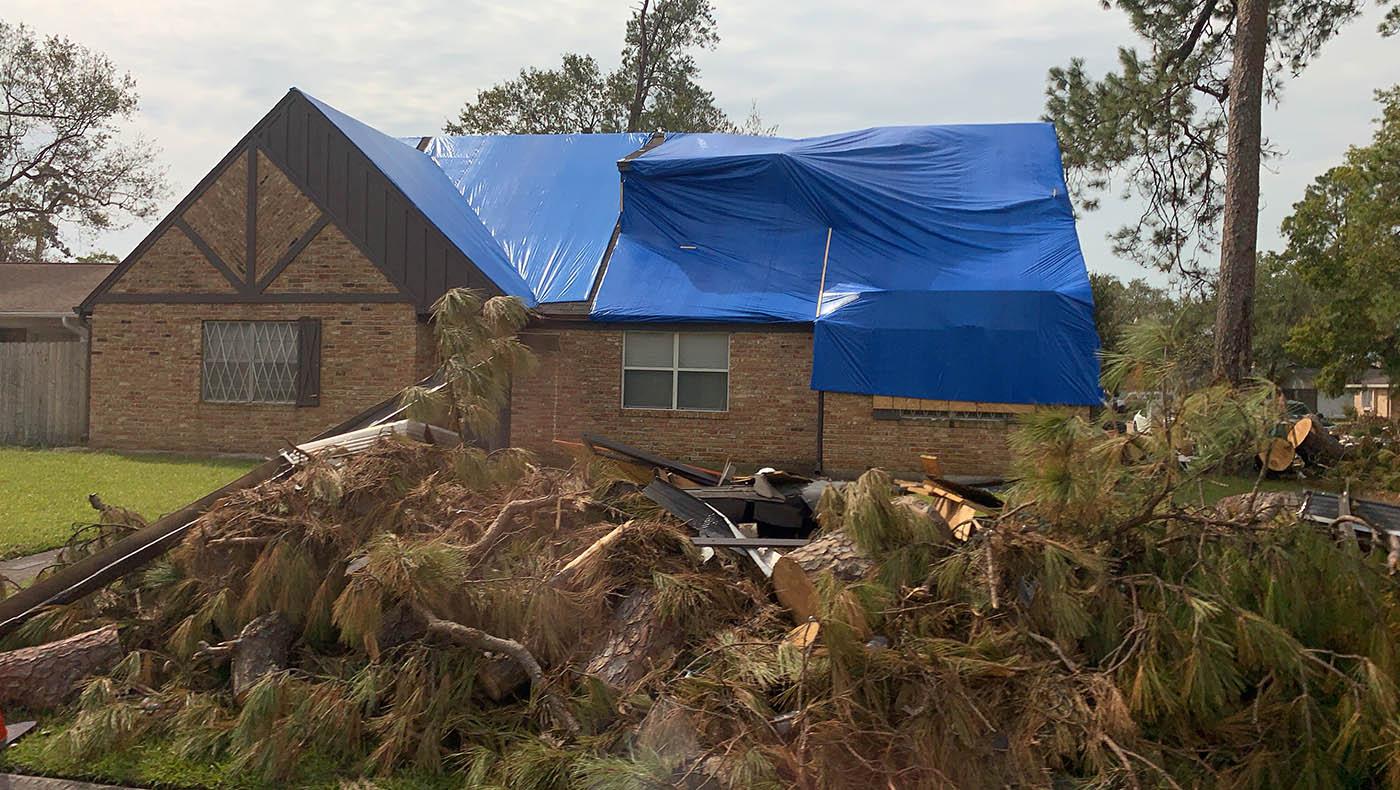 在橙县里,被毁坏房舍的屋顶。摄影/林书贤
