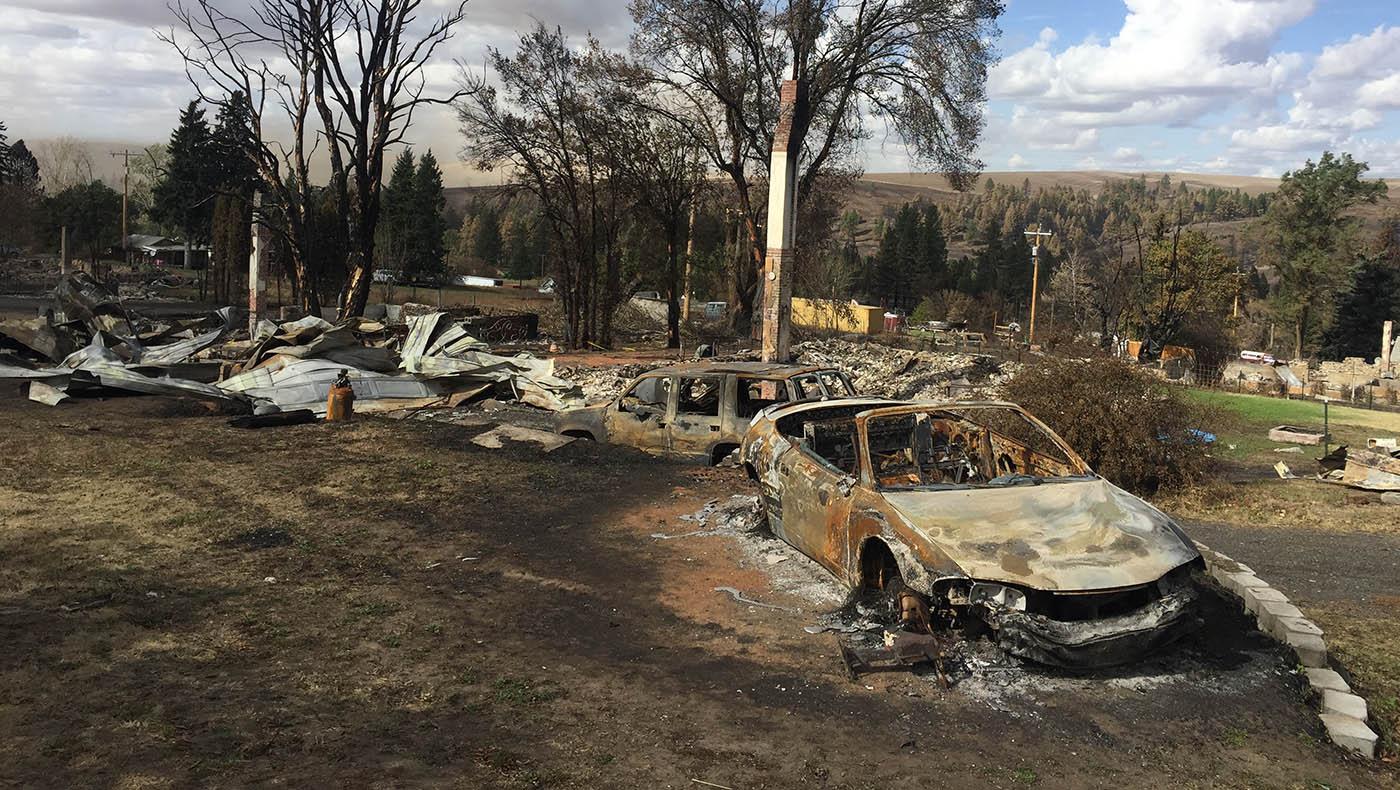 一個小鎮有八成的建築被山火吞噬。攝影/藍明智