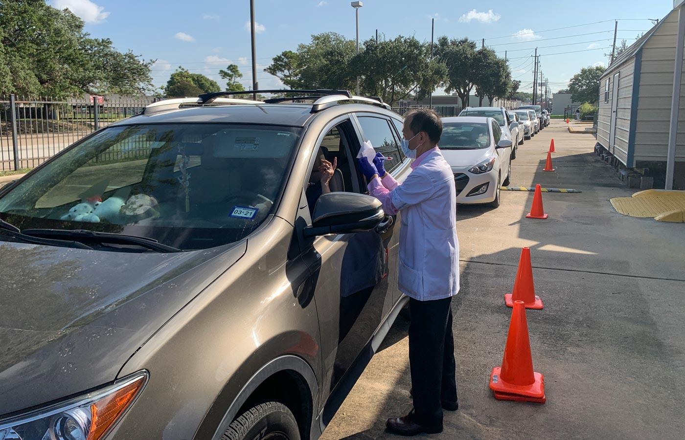 Los beneficiarios de la atención esperan su turno pacientemente y en la seguridad de sus automóviles. Foto: Roger Lin.