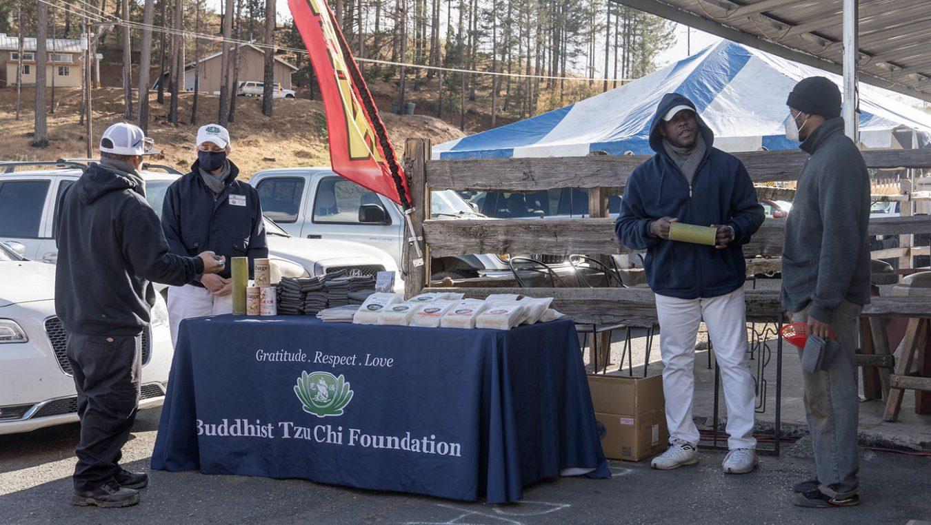 慈濟志工在州際70號公路旁的一家餐廳進行香積飯和圍巾發放。攝影 / 曾奐珣