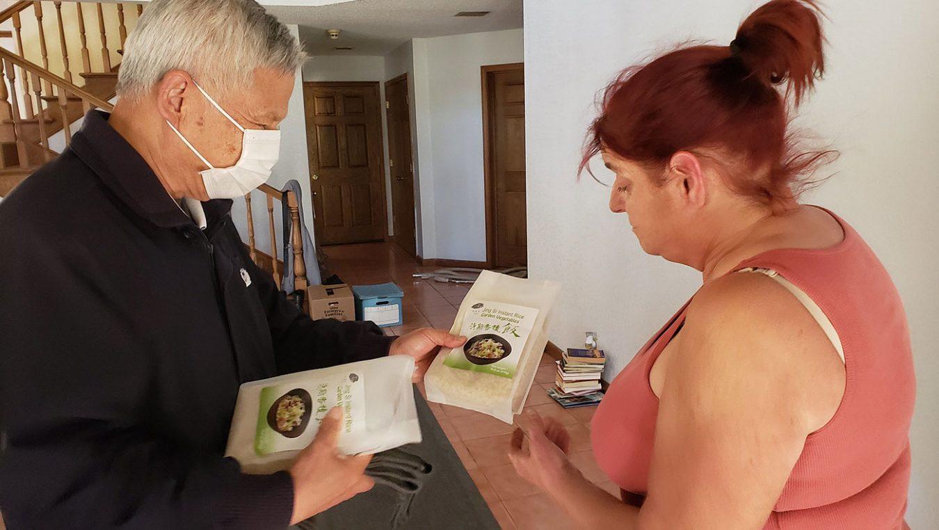 康考居民金(Kim Stayart)災後協助志工開放住家為臨時物資中心,讓鄉民前來領取食物。攝影 / 容長明