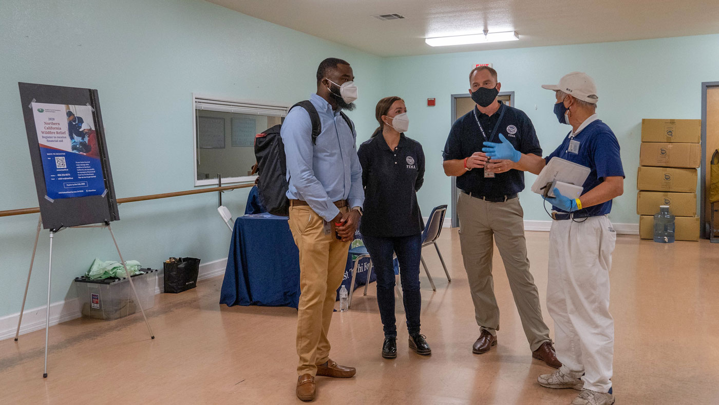 U.S. federal government representatives tour Tzu Chi USA's distribution site at the LAC in Oroville. Photo/Huan Xun Chan