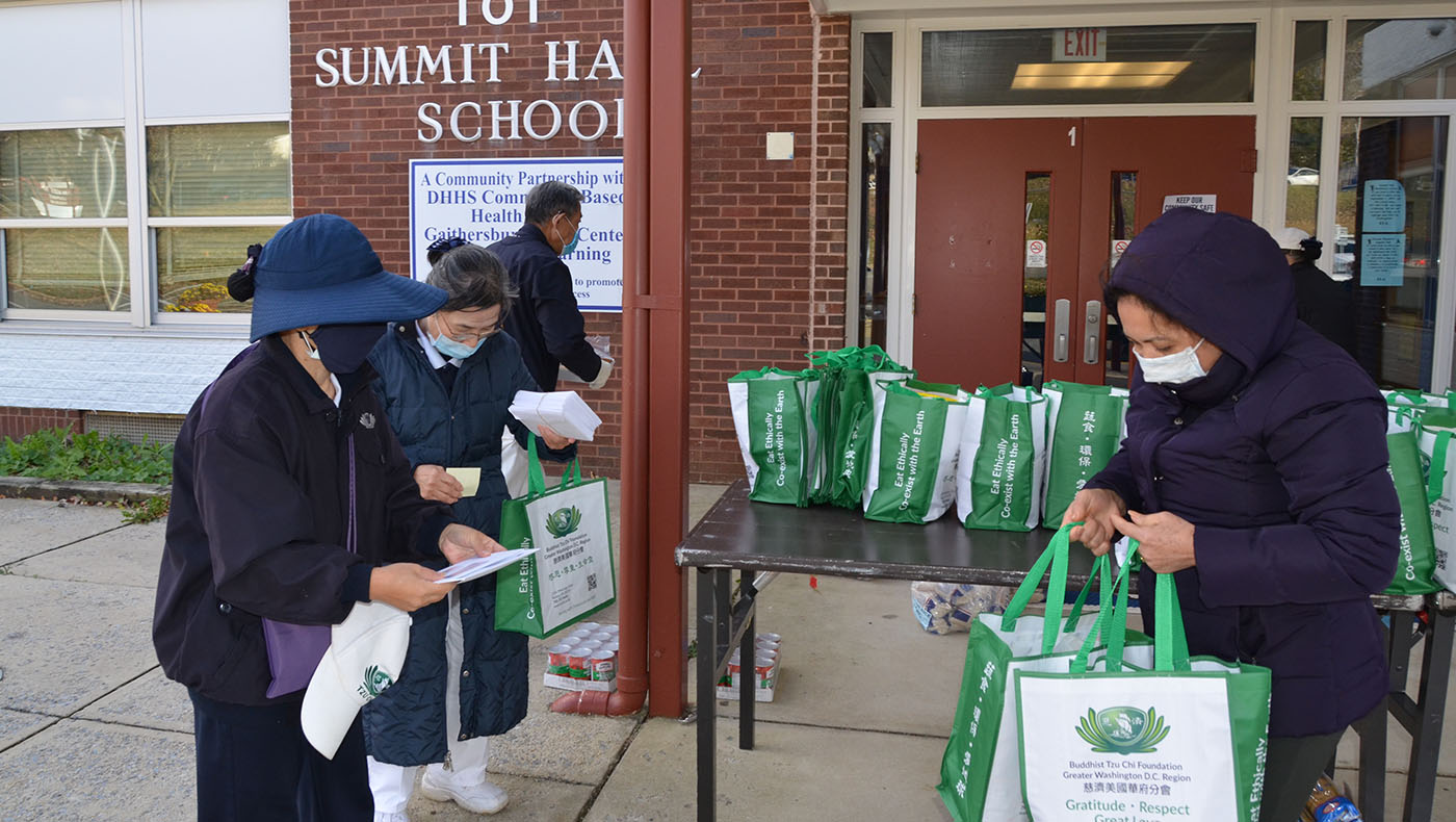 TzuchiUSA-Summit Hall Food Distribution_0002_20201123 Sumitt Hall food distribution_蔡謀祐 Mark Tsai_9000
