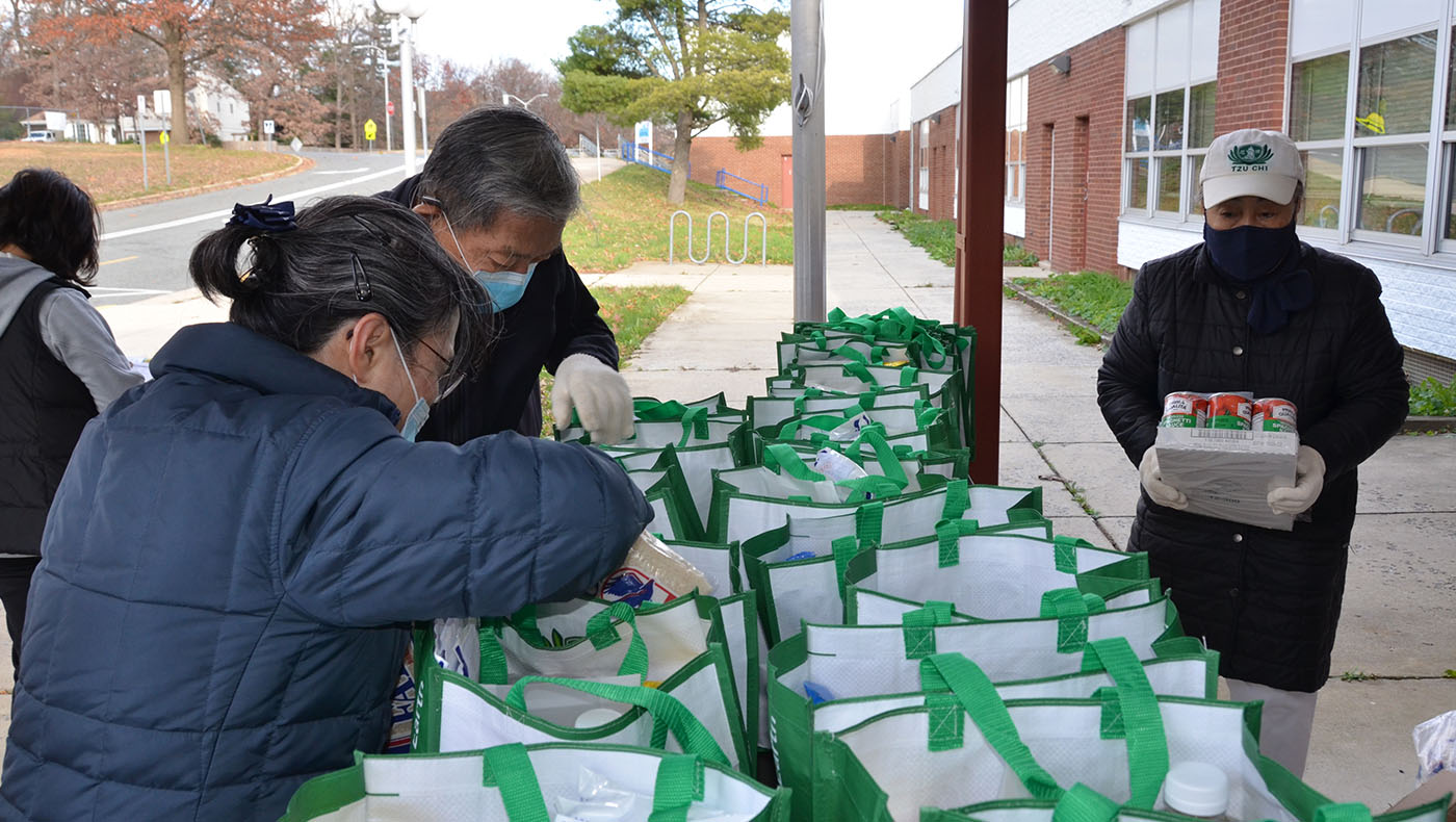 TzuchiUSA-Summit Hall Food Distribution_0001_20201123 Sumitt Hall food distribution_蔡謀祐 Mark Tsai_8993