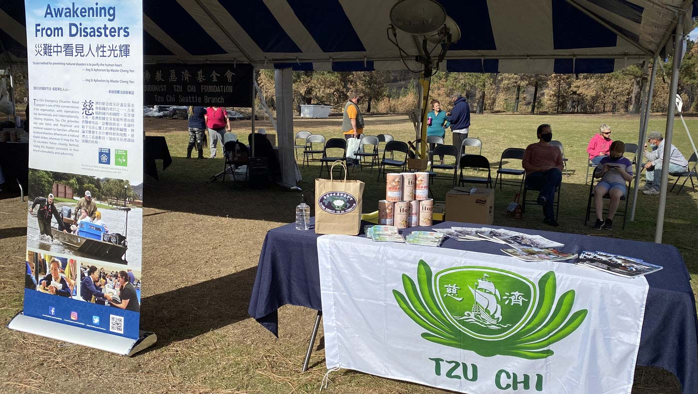 Tzu Chi volunteers can only distribute outdoors because 80% of the town was lost in the fire. Photo by Tiffany Lin.