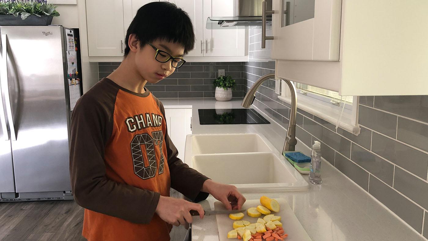 王绍寰(Sean Wang)切素菜准备做意大利面。图片来源/华府慈济分会