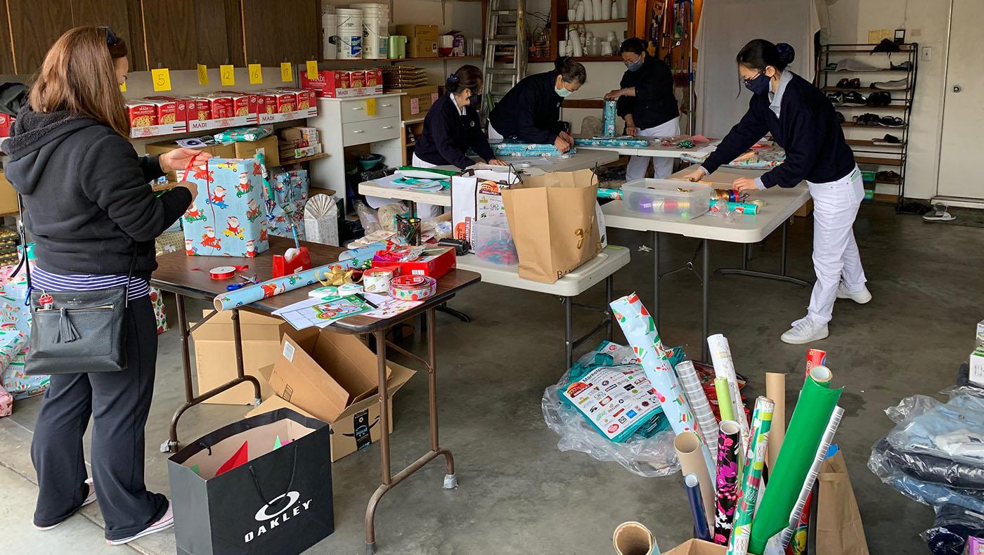 志工在朱曼芽家的車庫包裝禮物。攝影/謝琇茹
