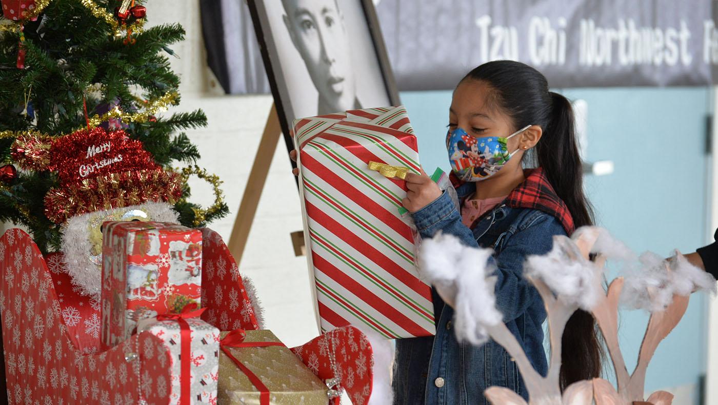 個案家庭的孩子很高興收到一份聖誕節禮物。攝影/段岱佳