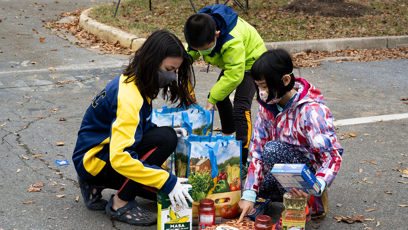 TzuchiUA-JoAnn Leleck food distribution_0001_20201115_TCA Thanksgiving food packing_羅福知 Fu-Jyh Luo_1350