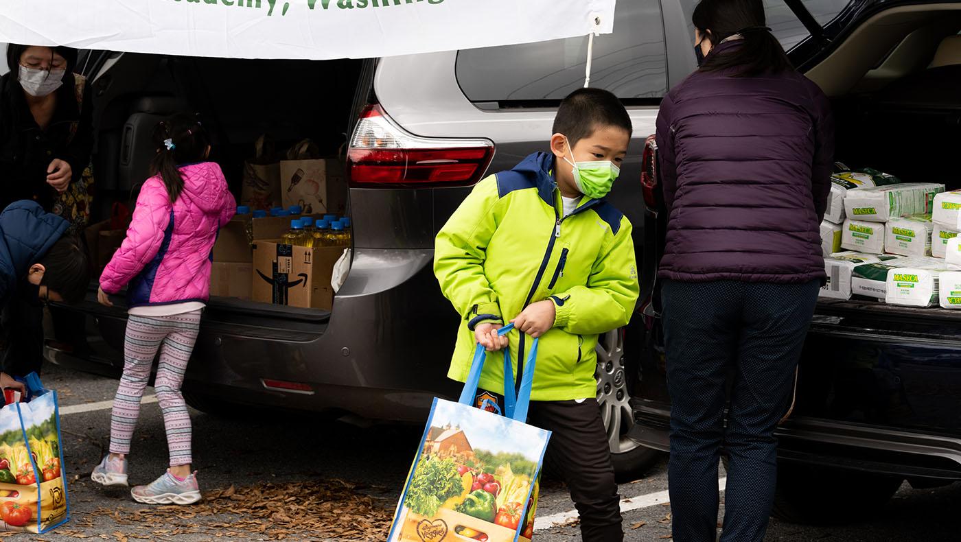 TzuchiUA-JoAnn Leleck food distribution_0000_20201115_TCA Thanksgiving food packing_羅福知 Fu-Jyh Luo_1357