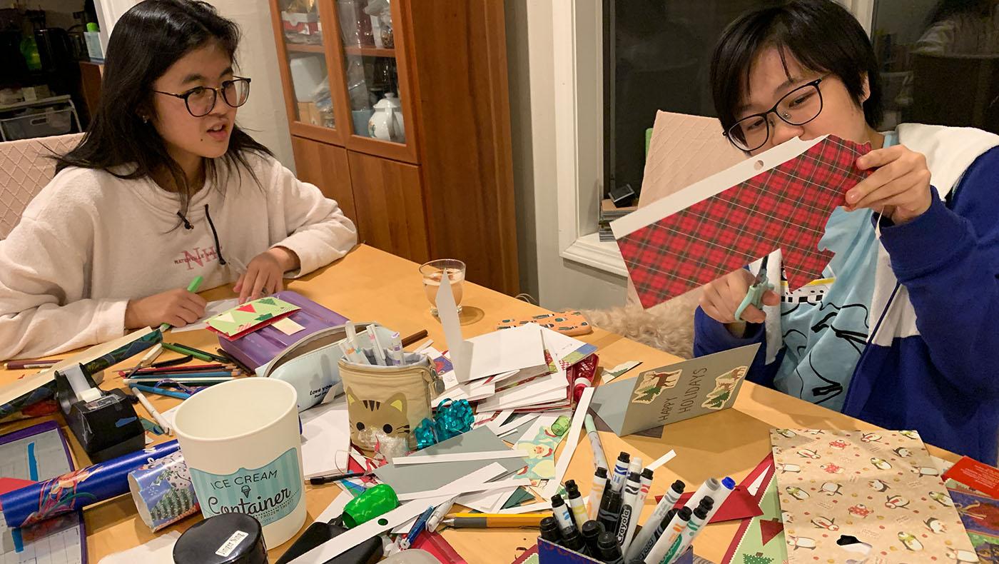 志工家庭的孩子親手包裝禮物和製作佳節賀卡。攝影/甯靜嘉