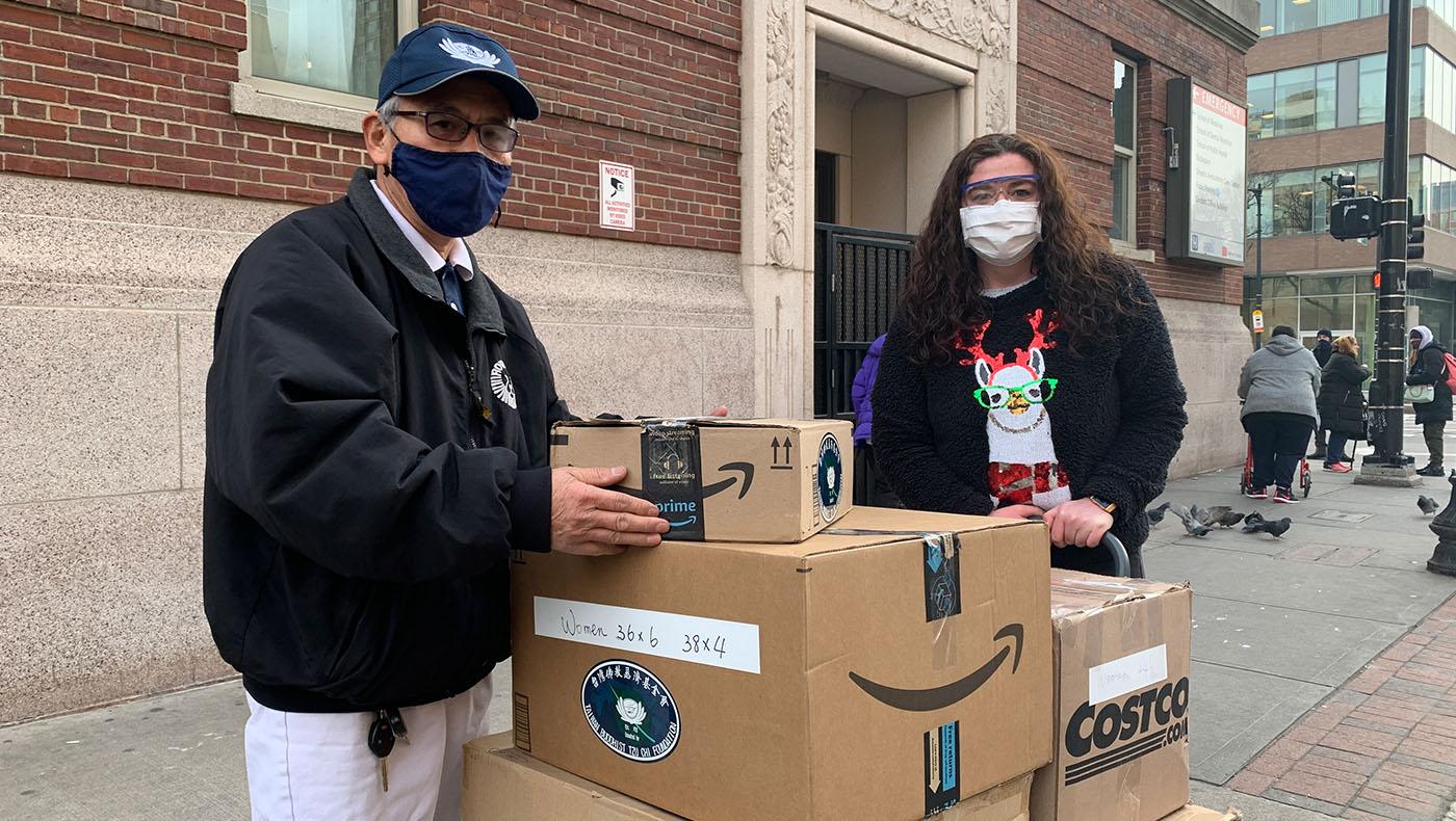 志工把冬季物資交給波士頓街友醫療中心的工作人員。攝影/甯靜嘉