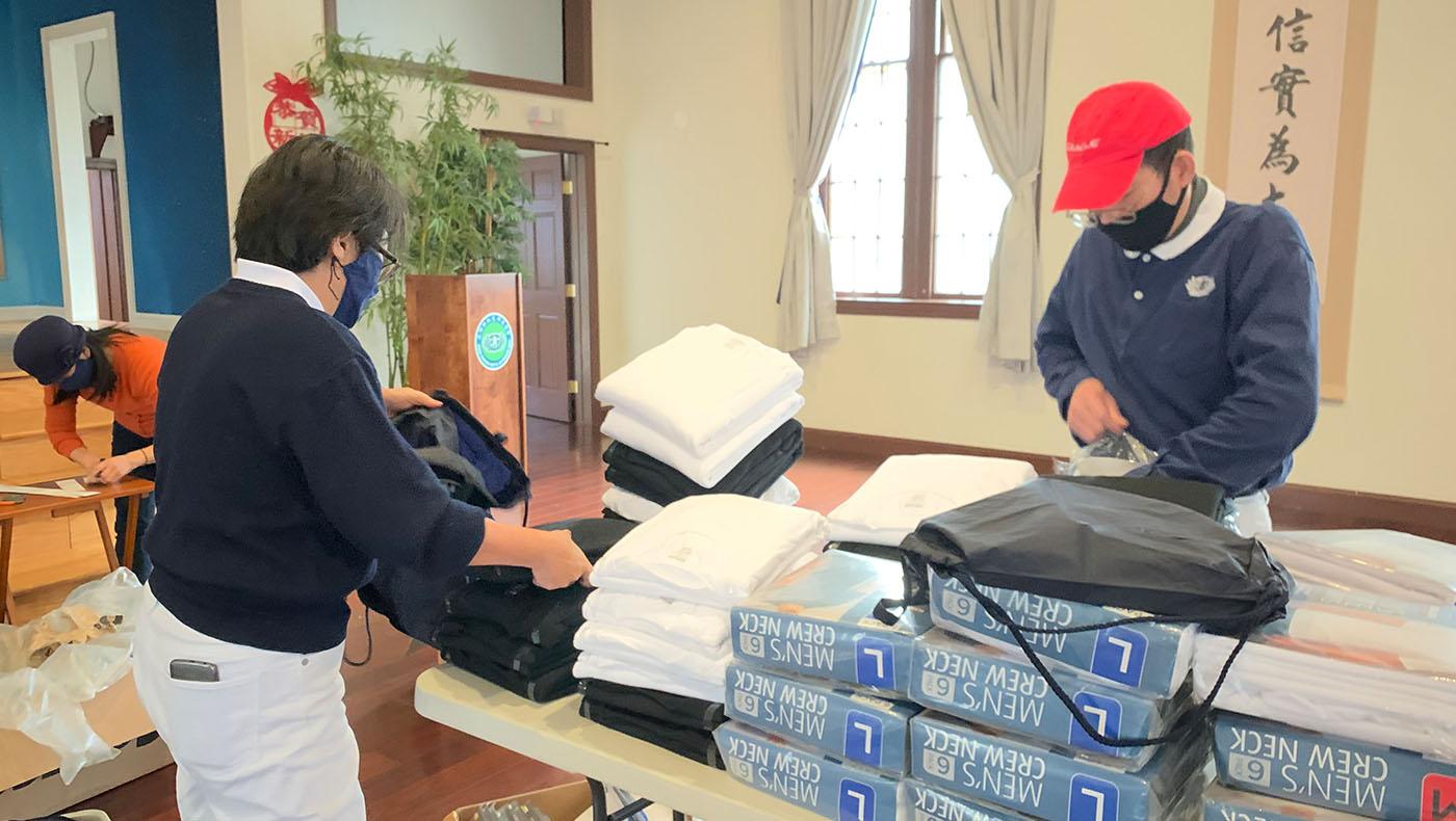 志工購買大批的男用和女用內衣捐贈給街友。攝影/甯靜嘉