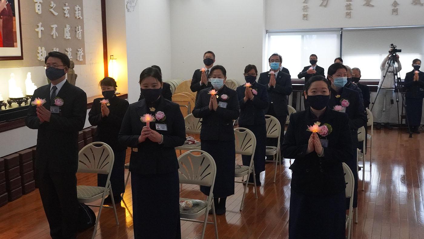 活动最后,大家点着心灯,为2021年疫情中的美国与世界祈福。 摄影/刘又榕