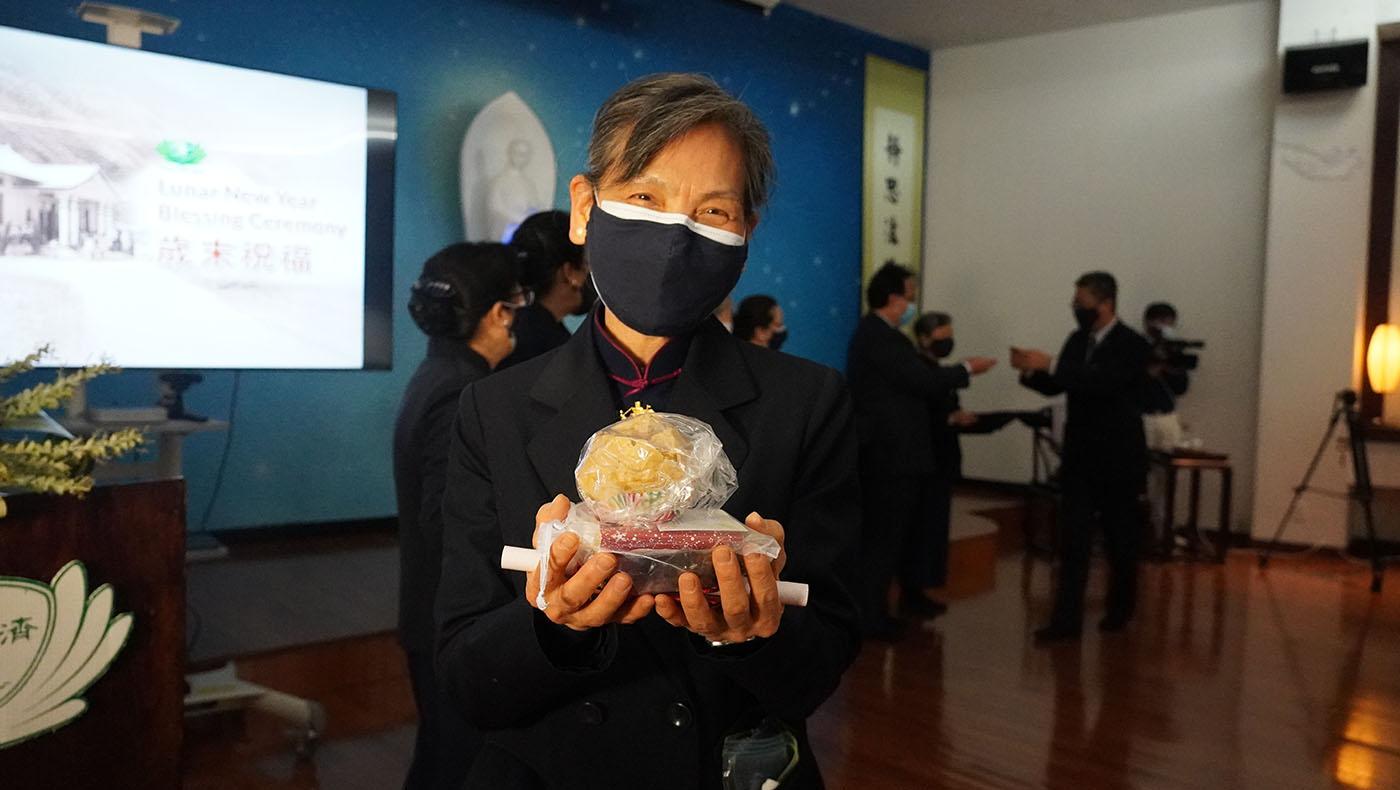 现场每位志工与参与者,带著充满年味的春联与发糕,及台湾精舍师父制作的福慧红包,满足地回家。