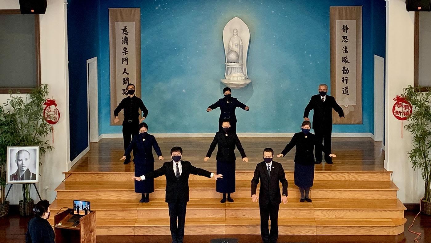 波士顿志工分两批在会所内,录制手语表演。摄影/甯静嘉