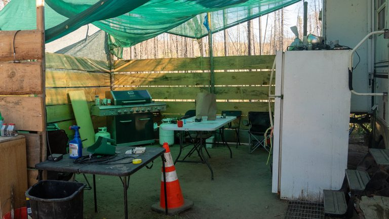 簡易的廚房比起一年前增添了冰箱與爐灶。攝影/曾奐珣