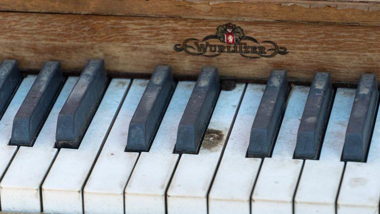 夫婦倆為喜愛音樂的兒子添置了二手鋼琴。攝影/曾奐珣