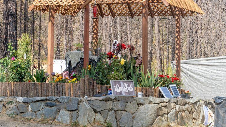 傑森為妻子安德烈搭建了亭子與小花圃。攝影/曾奐珣