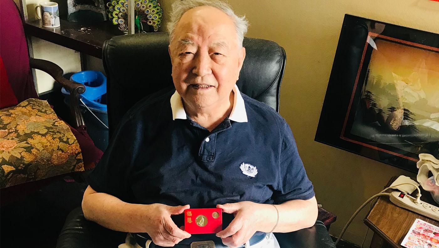 92歲高齡的資深志工楊景舜,知道慈濟家人要來,特別換了志工服,拿著福慧紅包開心地道謝。攝影 / 李惠蓉