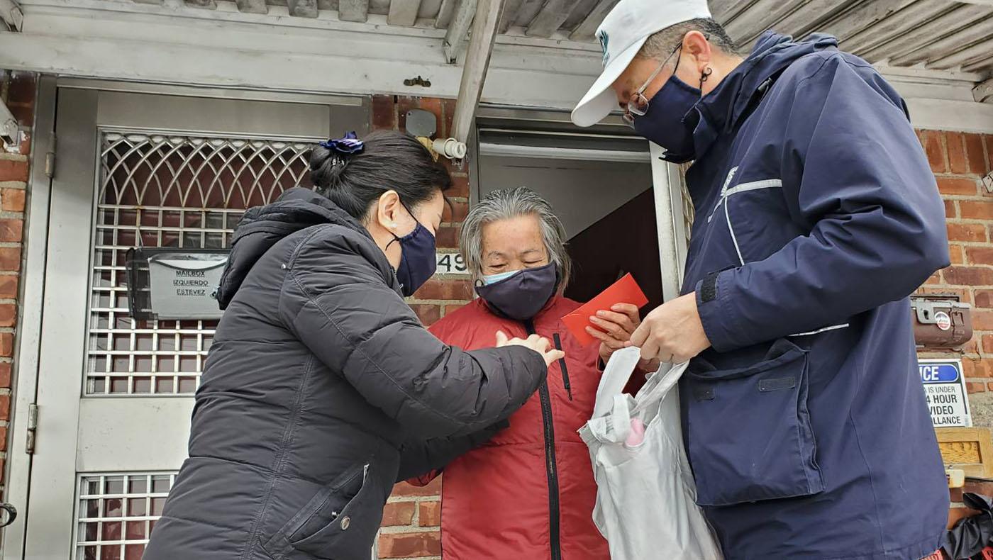 執行長蘇煜升(右)前往年長志工鍾春子(中)家中探訪,李惠蓉(左)介紹今年的福慧紅包。(左) 攝影/楊雅飛