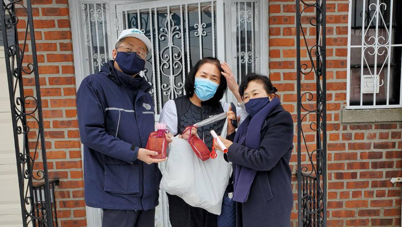 年初一法親關懷,探訪剛手術後的志工陸樁齡。  攝影/李惠蓉
