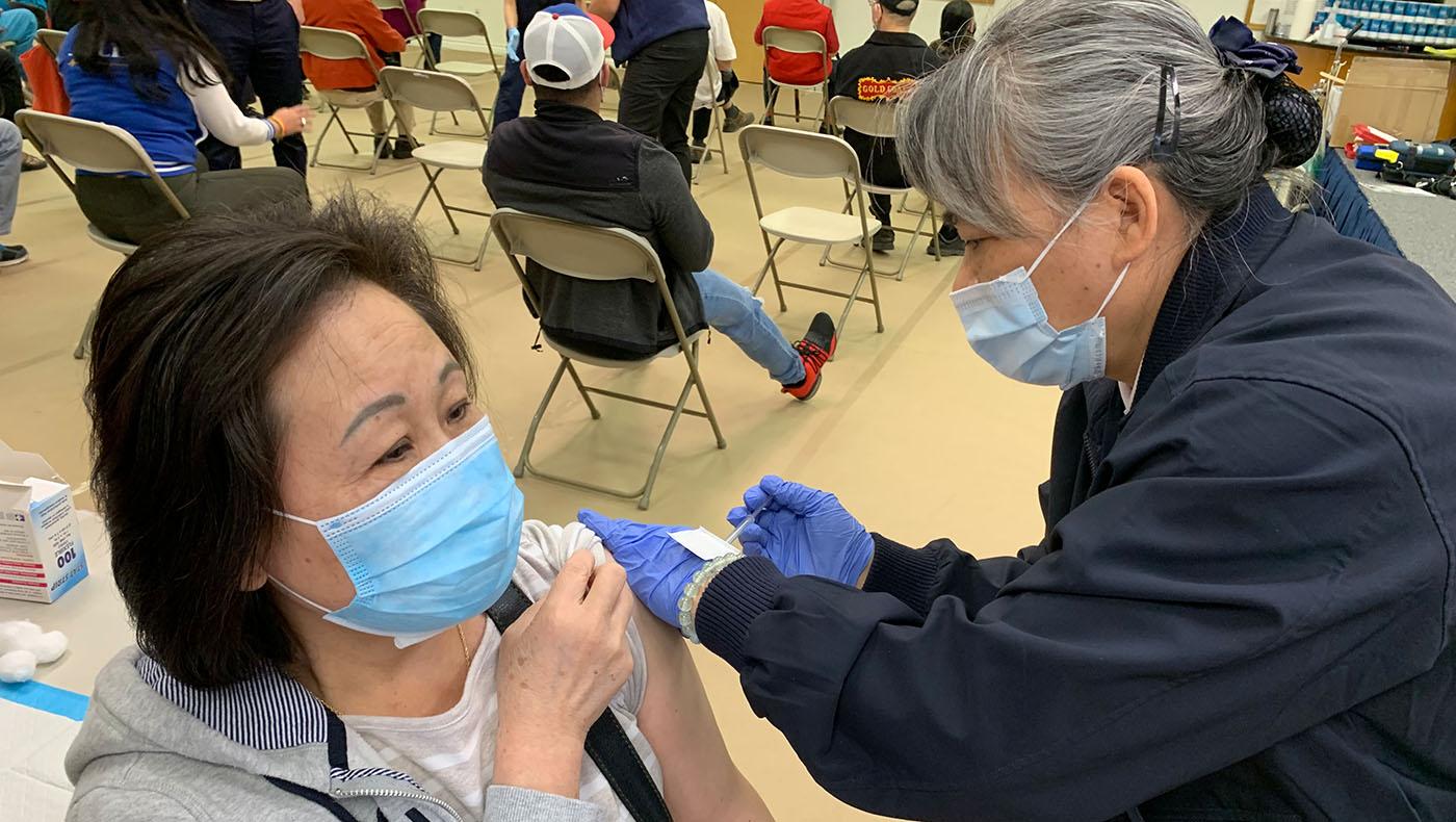 TzuchiUSA-las-vagas-vaccine-shot-for-asian-community_0000_4_醫療幹事高翠玲協助疫苗接種