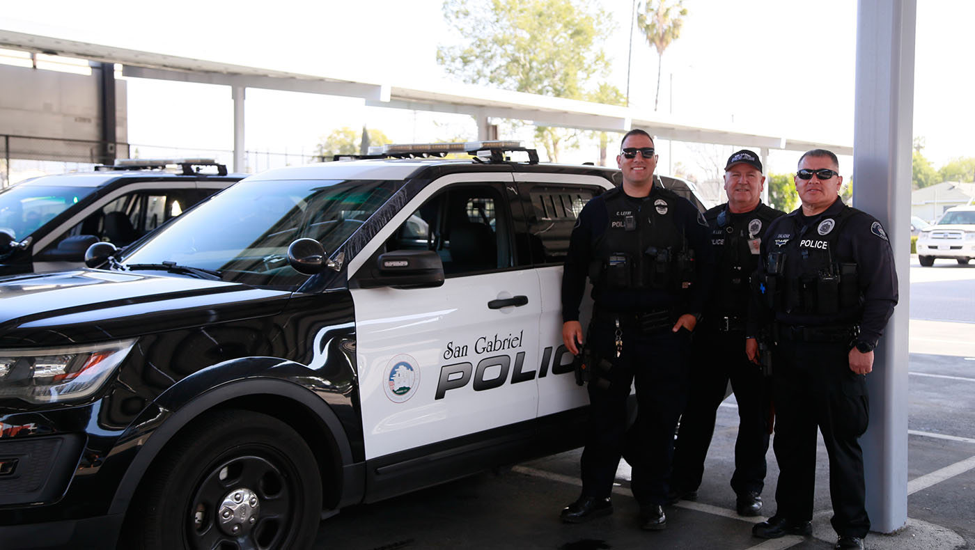 San Gabriel police officers come to assist at each Tzu Chi USA food distribution in the area. Photo/Shuli Lo