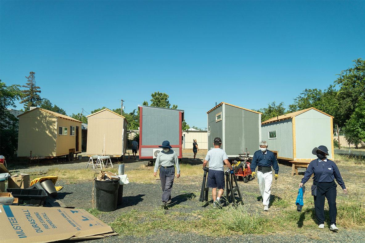 慈濟志工在歐羅維爾市(Oroville)的微型房屋建築場地幫忙建造。拍攝/曾奐珣