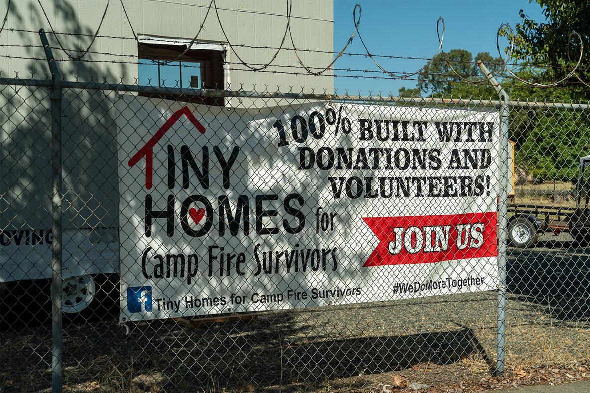 2018年,小松基金會在志願勞動者與收穫捐款的基礎上成立,為坎普山火災民建造微型房屋棲身。拍攝/曾奐珣