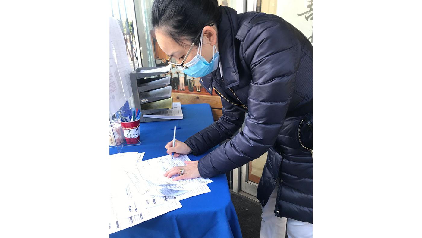 志工陳翠婷,也是資深的CPA(註冊會計師),正仔細核對填寫報稅者提供的資料。攝影/周清